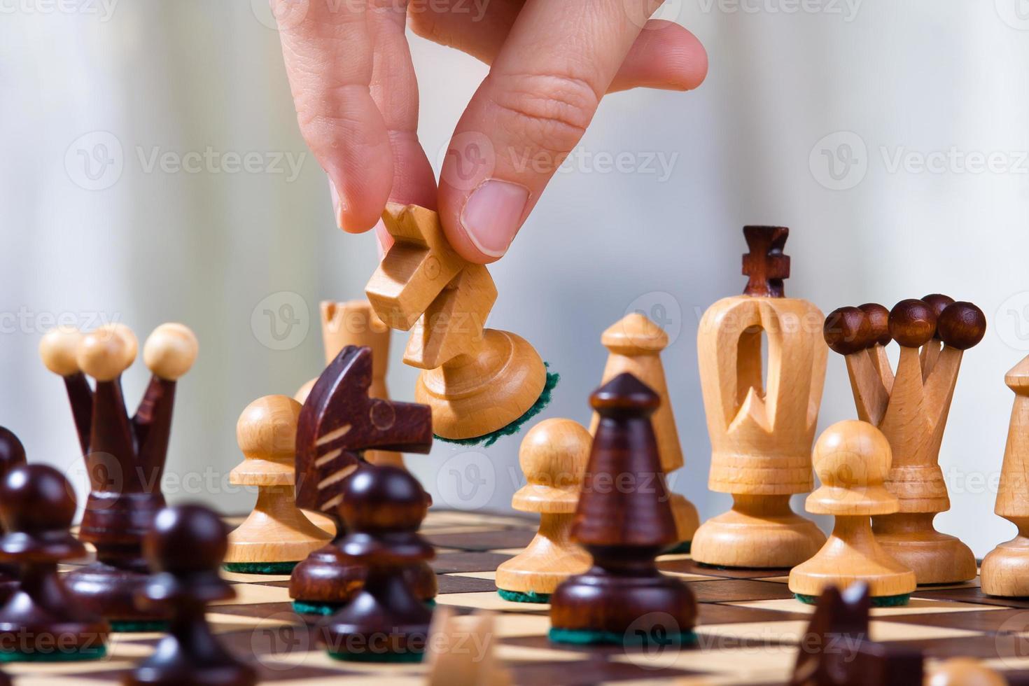 la mano del jugador de ajedrez con caballero foto