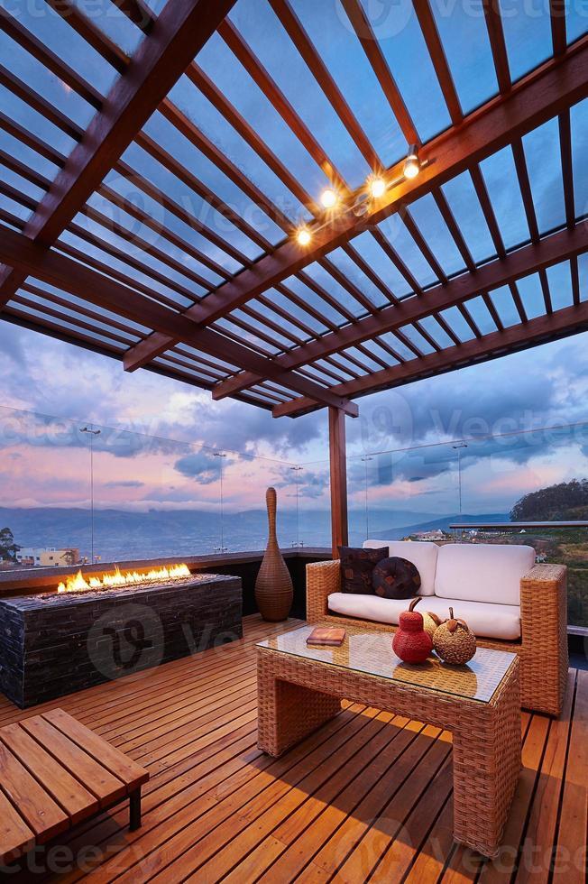 moderno salón terraza con pérgola foto