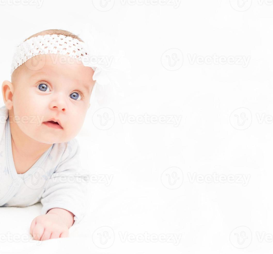 pequeño bebé lindo Lugar para su texto. foto
