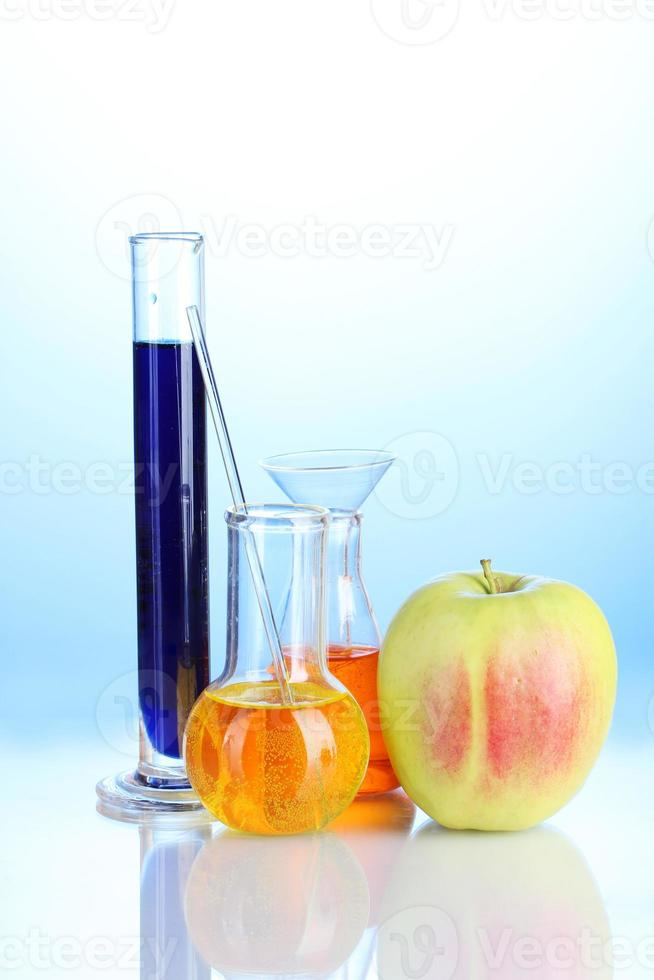 comida genéticamente modificada sobre fondo azul foto