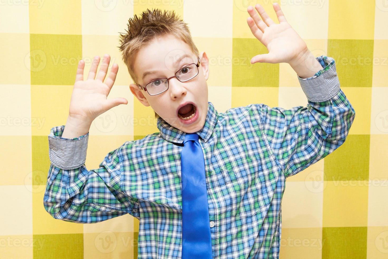 Retrato de un niño gracioso haciendo cara foto