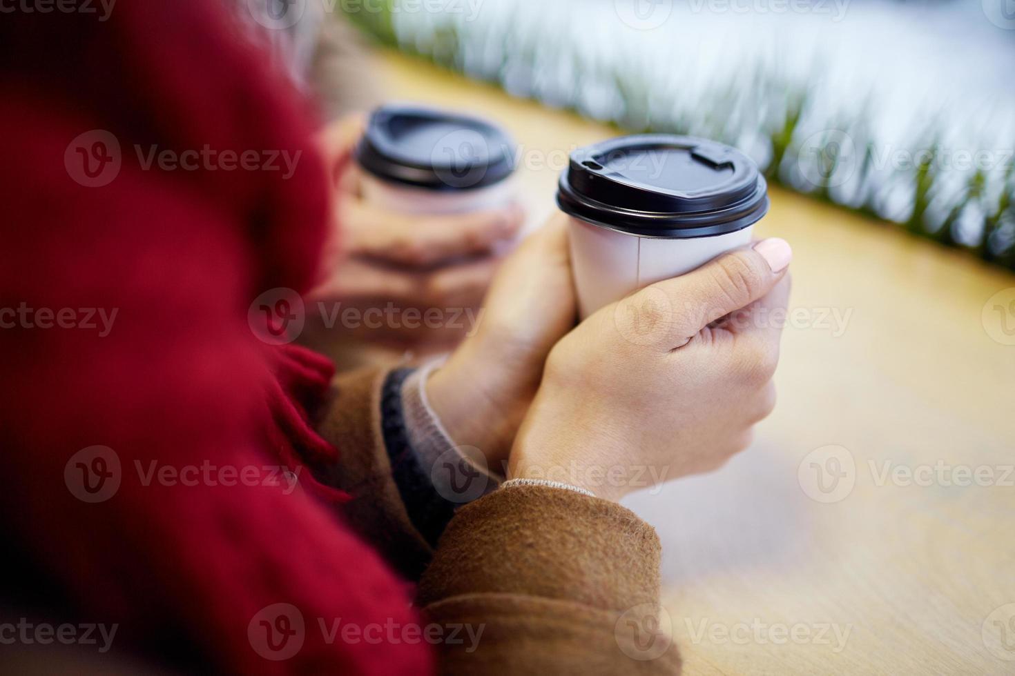 sosteniendo la bebida foto