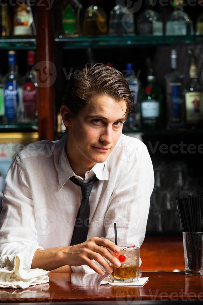 barman con bebida foto