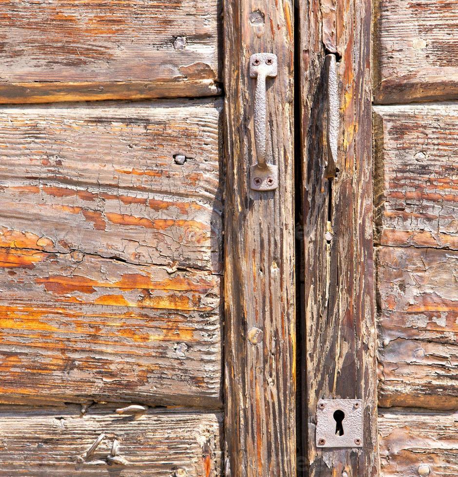 t samarate aldaba de latón oxidado marrón cerré madera lombardía foto