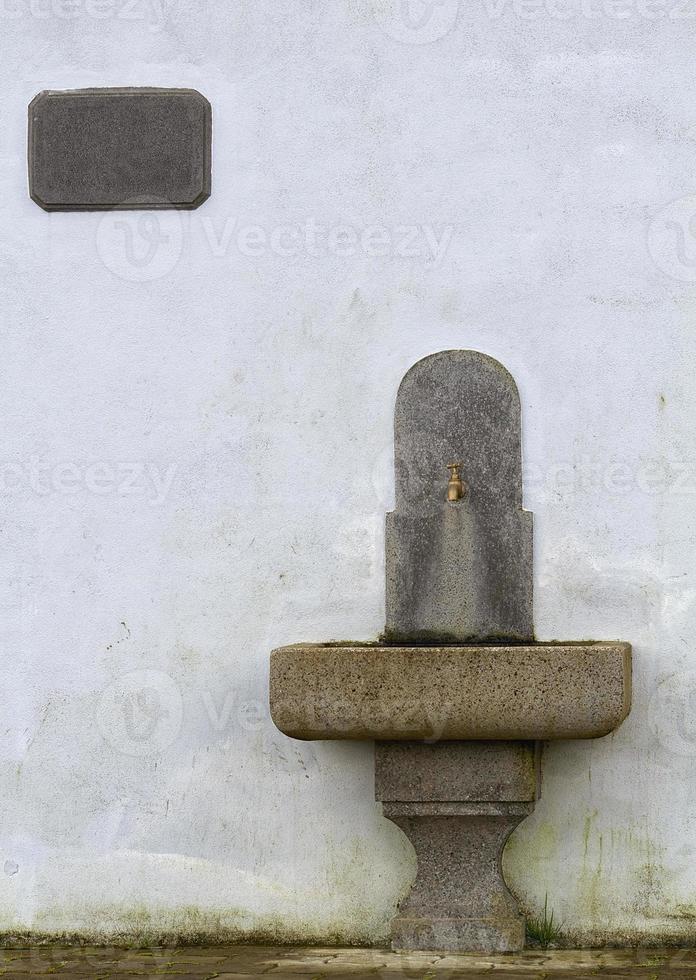 antigua fuente de agua potable. foto