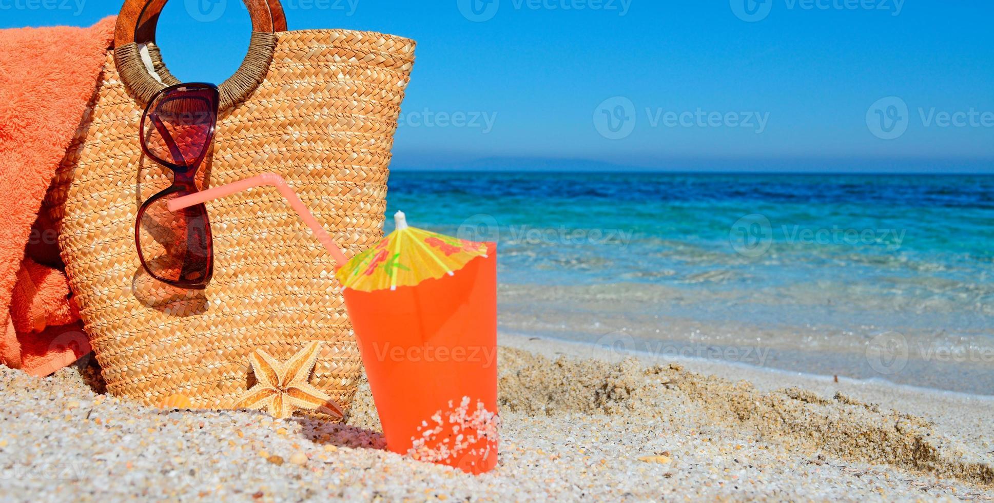 bebida de naranja y bolsa foto