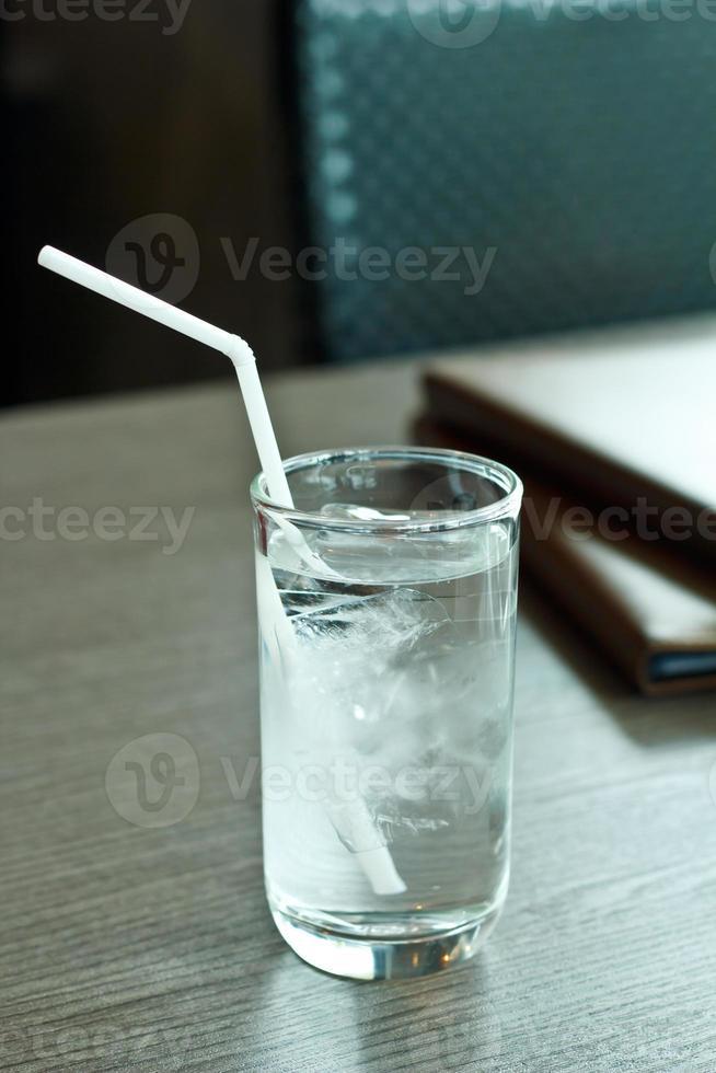 Vaso de agua potable. foto