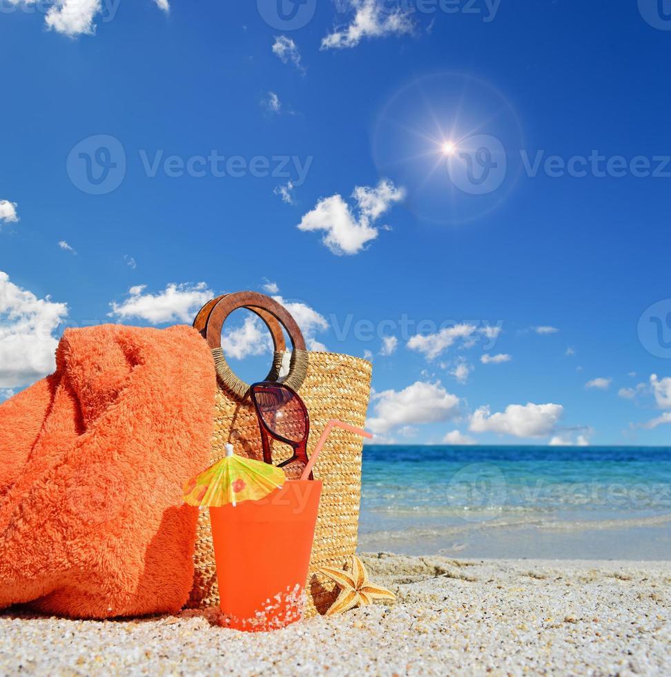 bolsa, bebida y sol foto