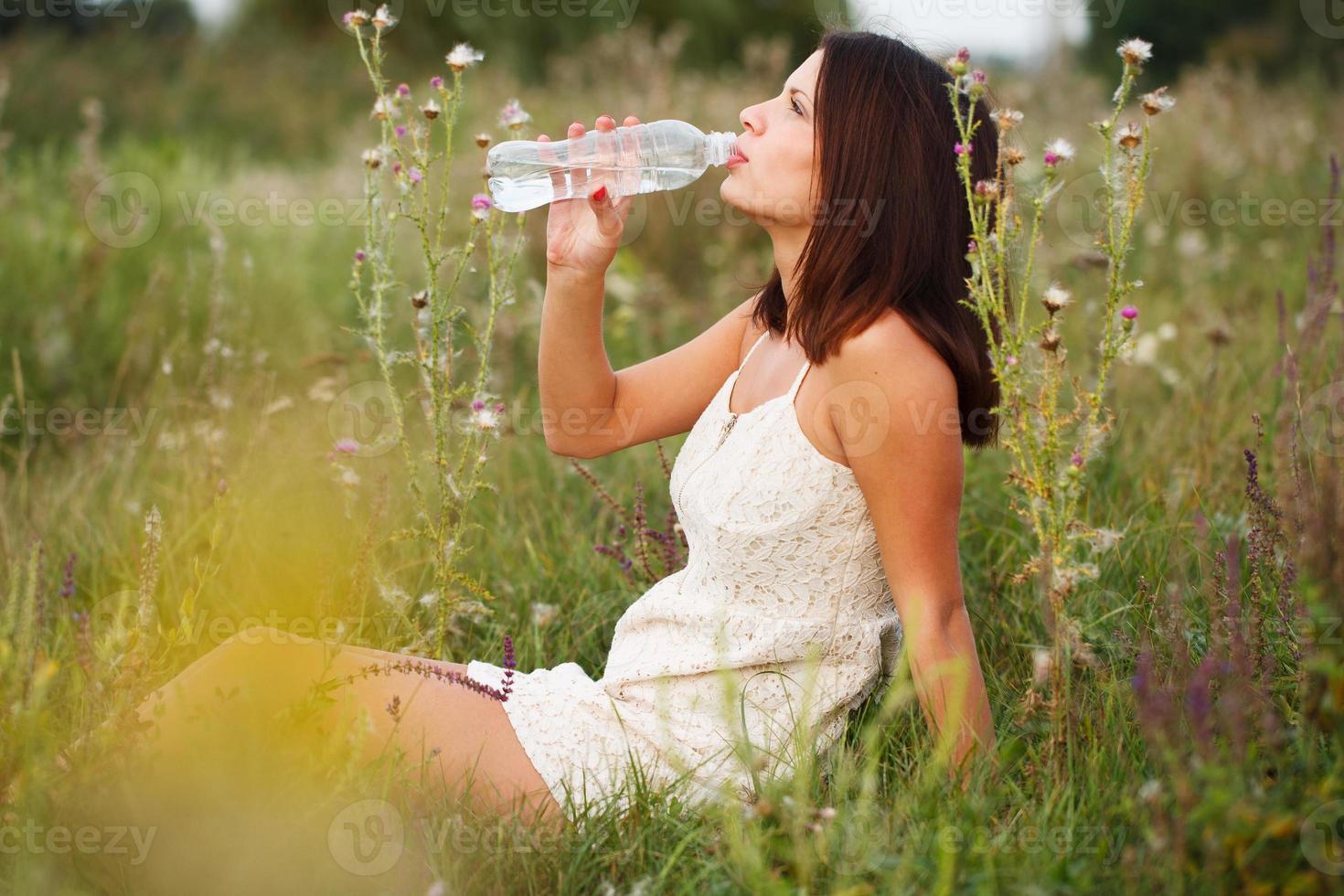 mujer joven, agua potable foto