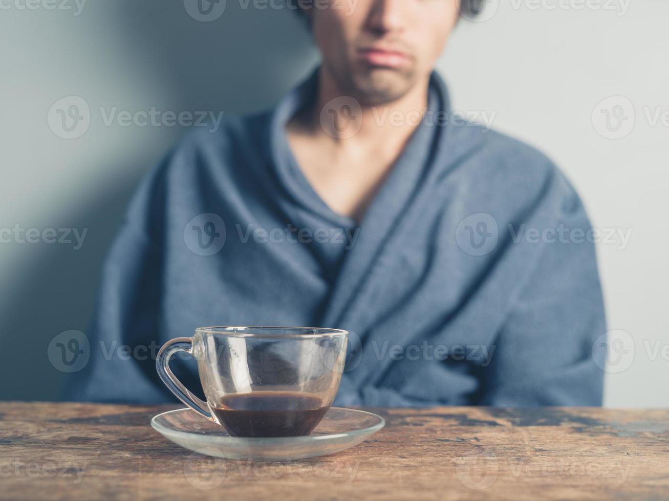 hombre cansado tomando café foto
