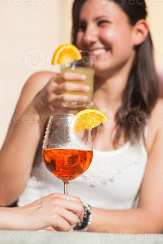 mujer joven feliz bebiendo foto
