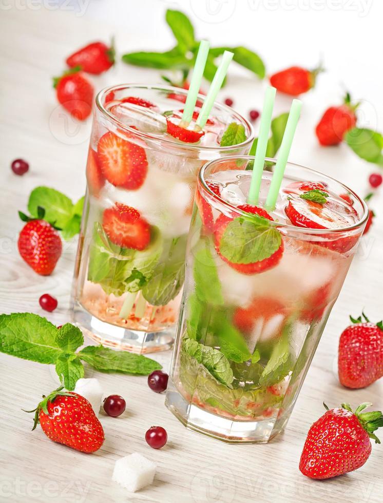 bebida de cóctel de verano mojito de fresa foto