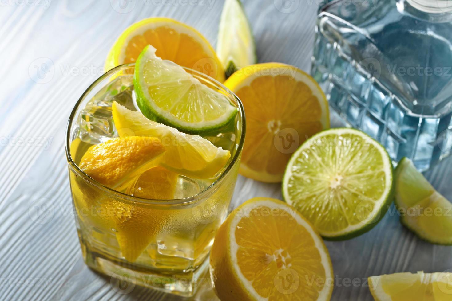 beber con limón y hielo foto