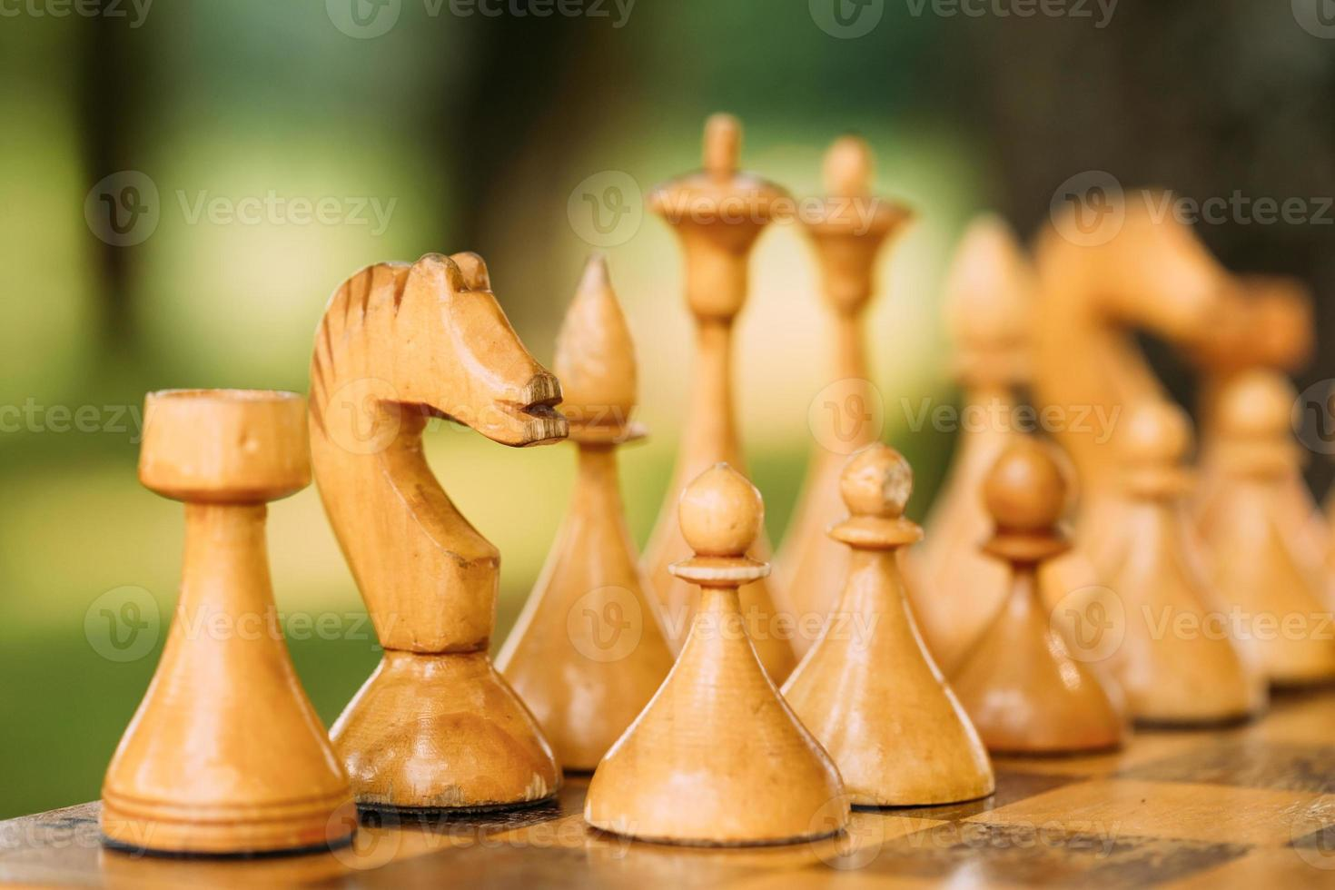 viejo vintage ajedrez de pie en el tablero de ajedrez foto