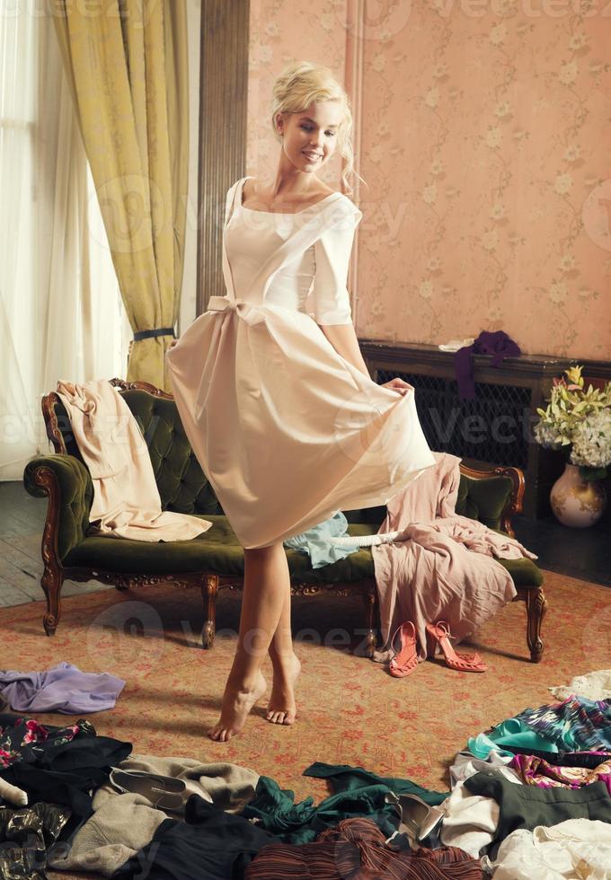 bella mujer, vestidor, ropa dispersa foto