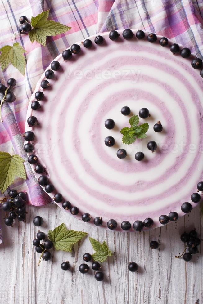 Delicioso pastel de queso con grosella negra de cerca vertical superior vi foto