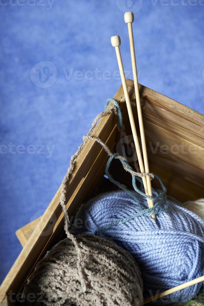 Herramientas de tejer en caja de madera, de cerca foto
