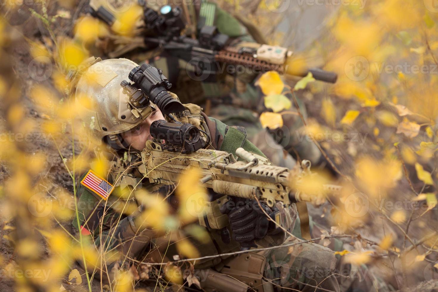 equipo de soldados estadounidenses apuntando a un objetivo de armas foto