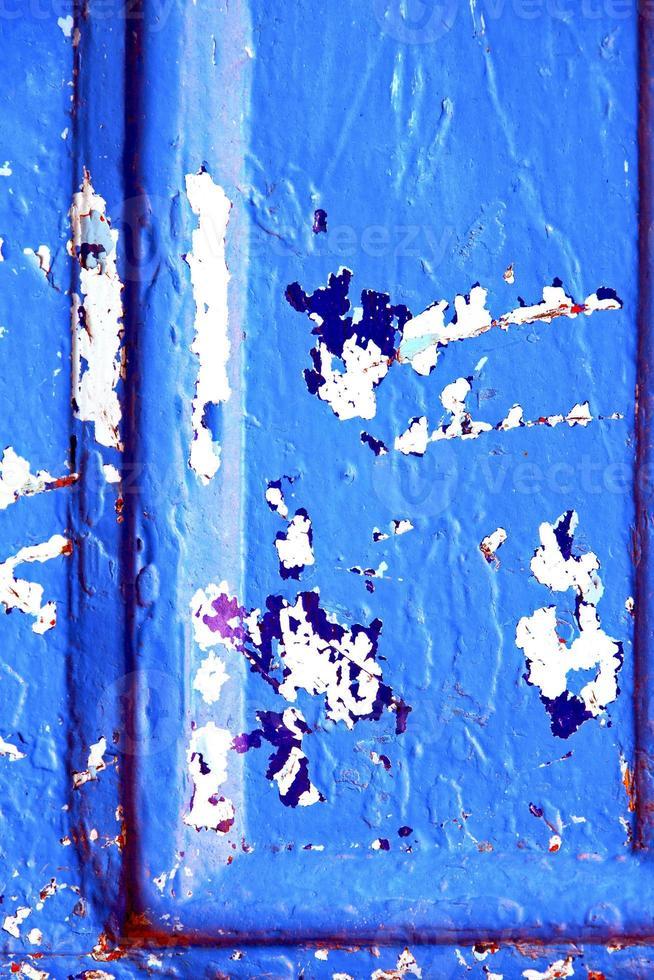 pintura de uñas en la puerta azul y oxidada foto