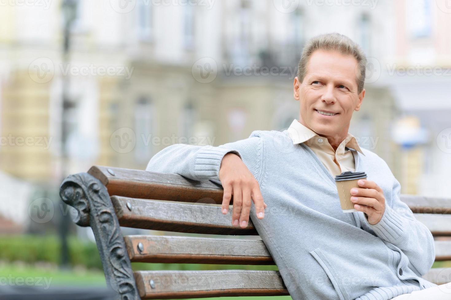 hombre guapo tomando café foto