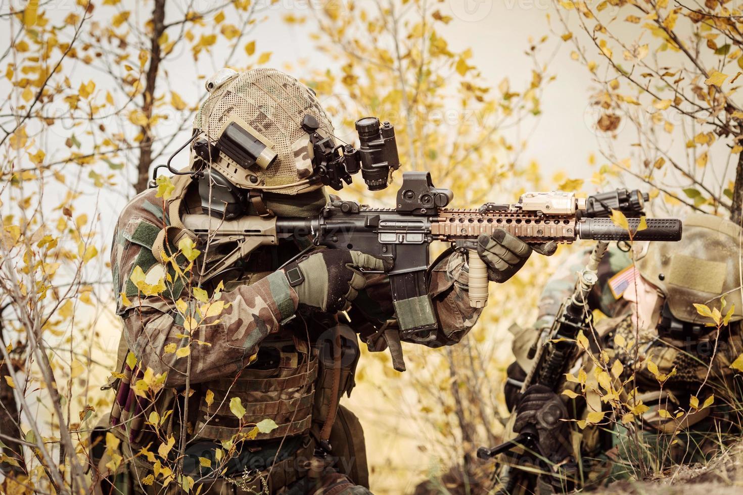 equipo de soldados apuntando a un objetivo de armas foto