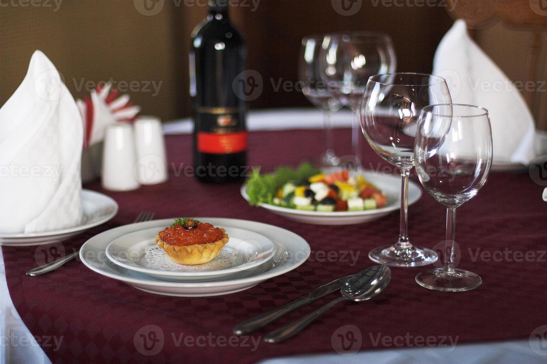 caviar rojo y ensalada en la mesa de servir foto