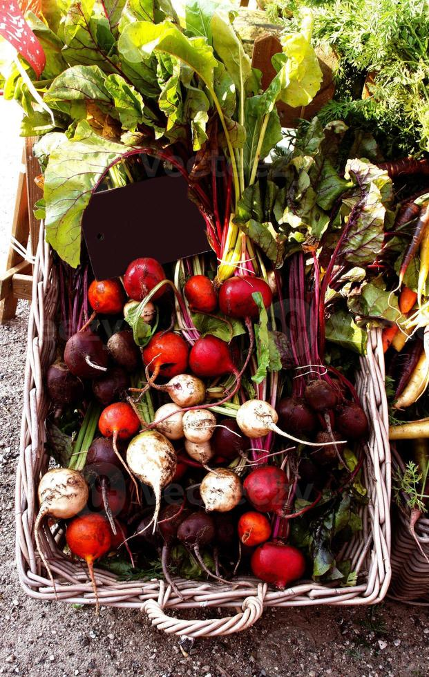 remolachas multicolores en el mercado de agricultores foto