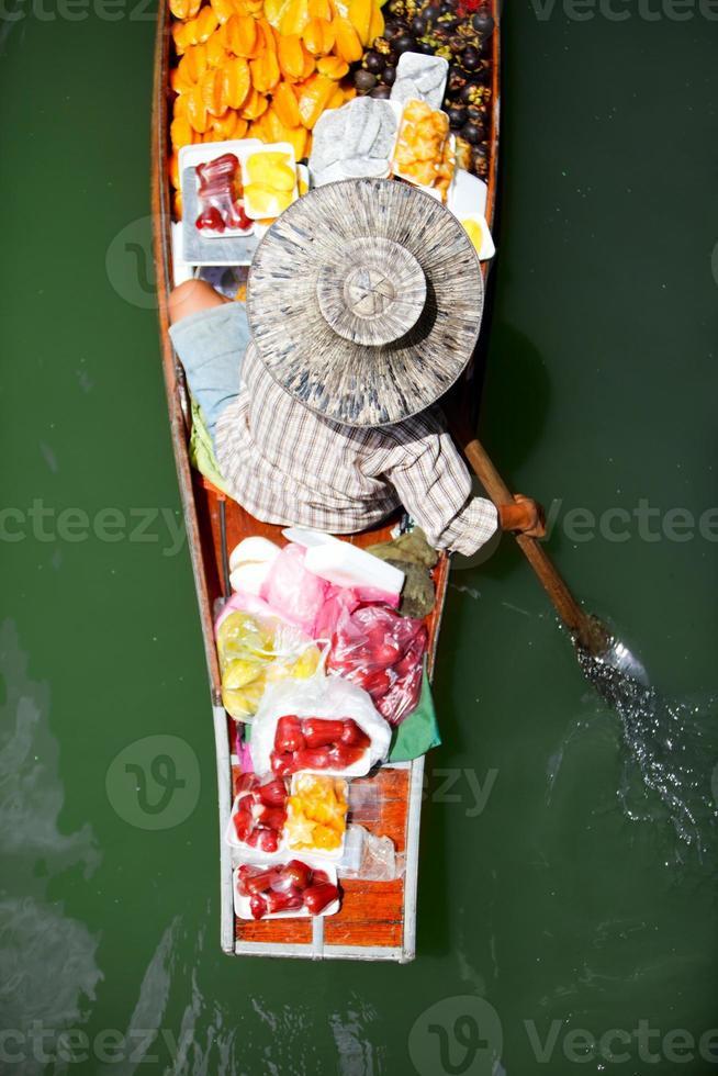 vendedor de fruta en el mercado flotante foto