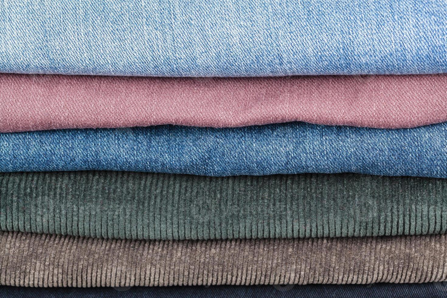 pila de diferentes jeans de cerca foto