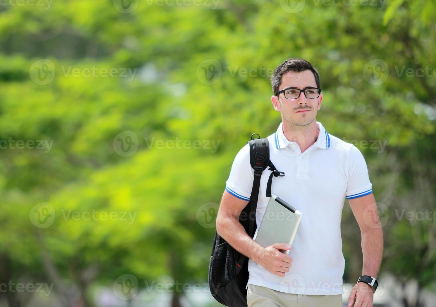 estudiante universitario caminando en el parque foto