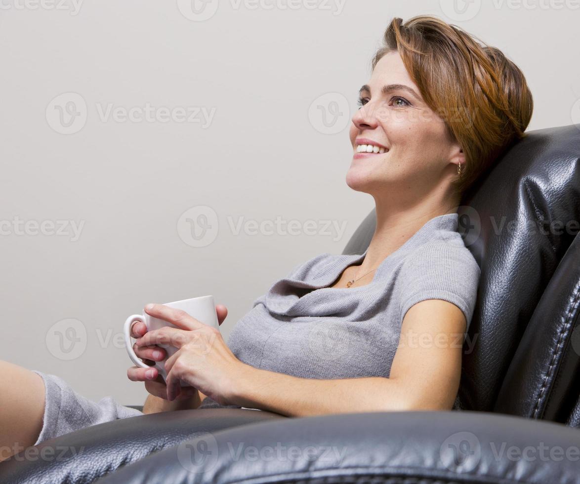 mujer tomando cafe foto