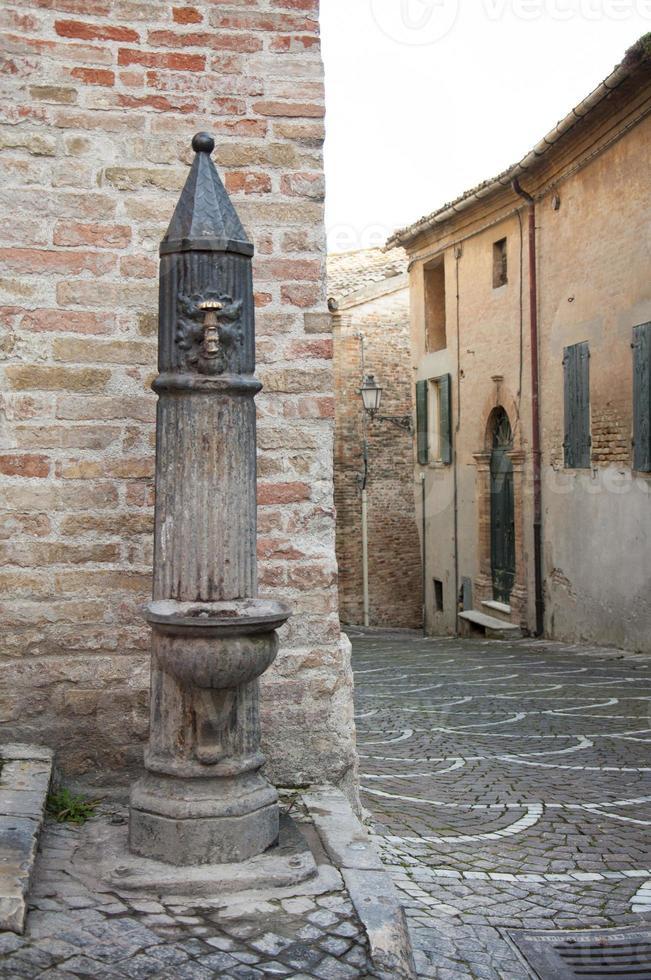 antigua fuente de agua potable foto