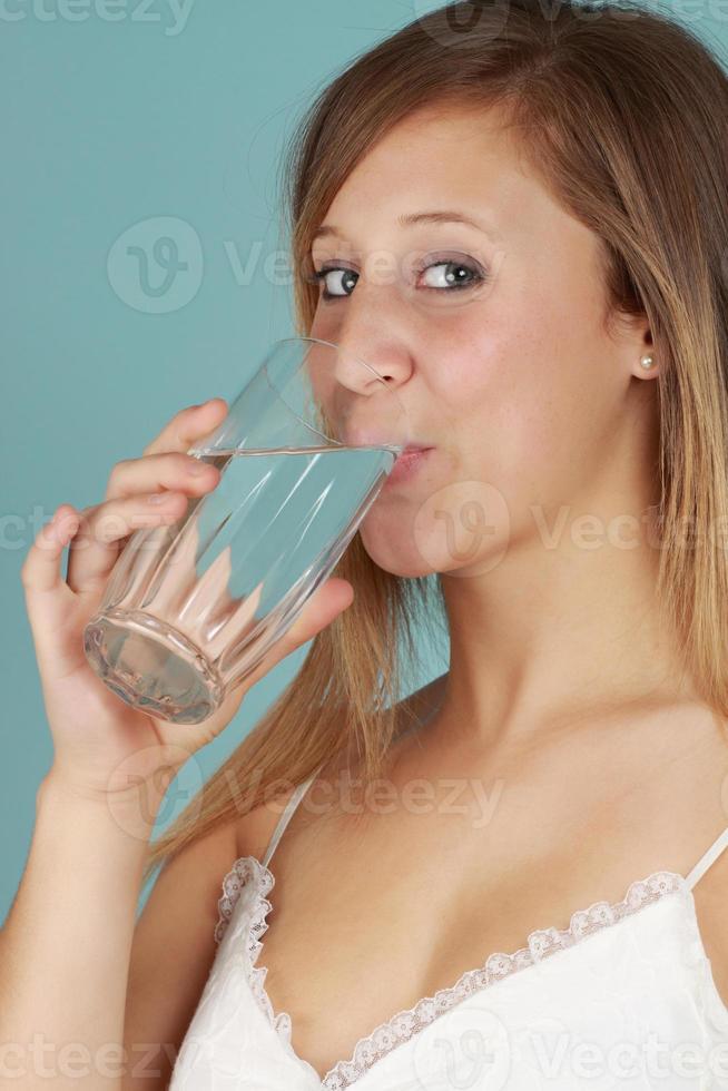 mujer agua potable foto