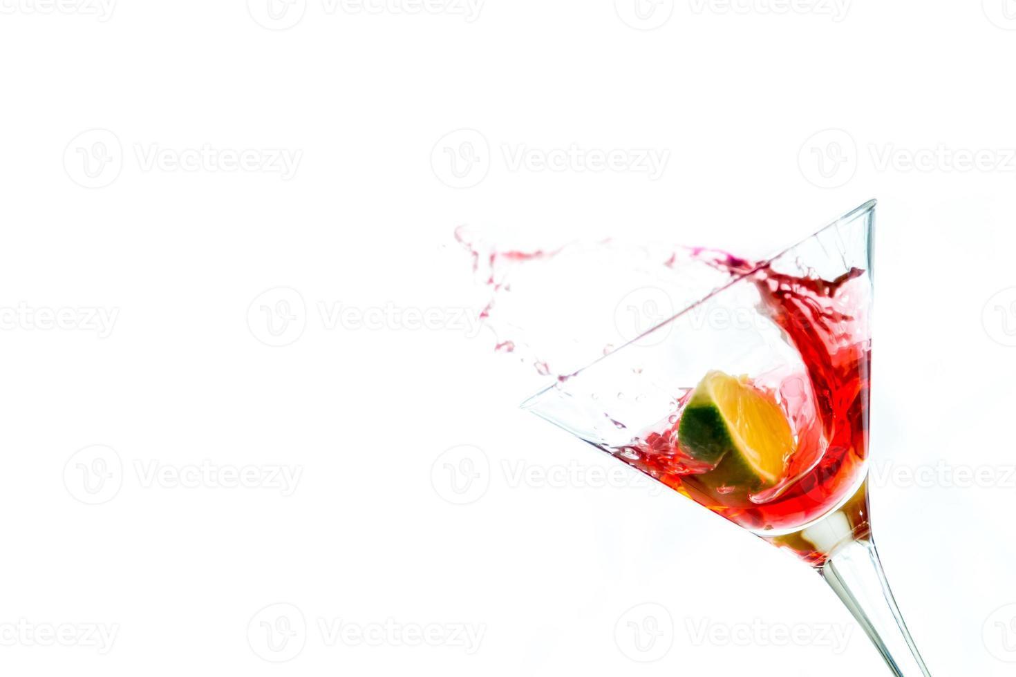 bebida roja con lima foto