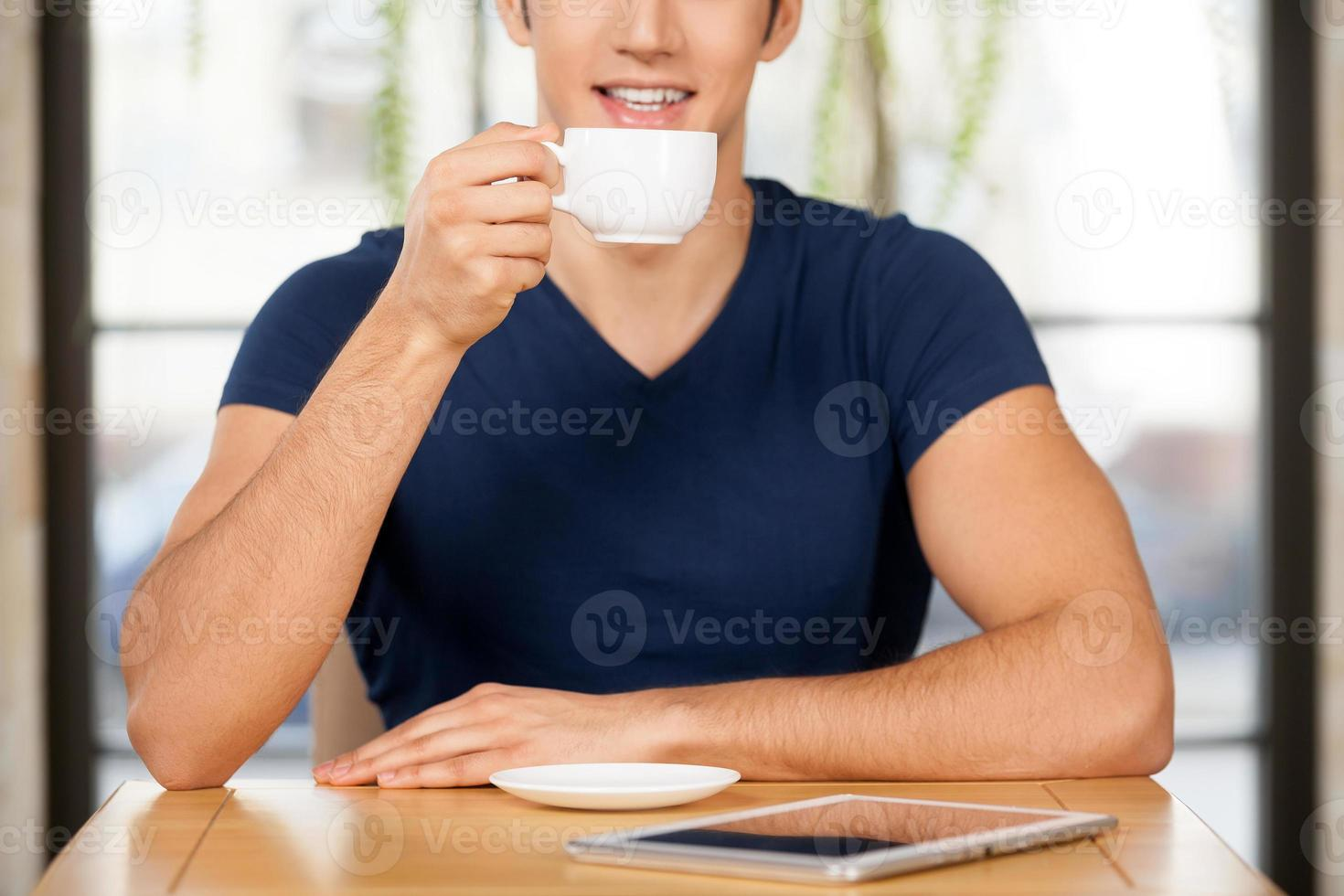 tomando café en el restaurante. foto