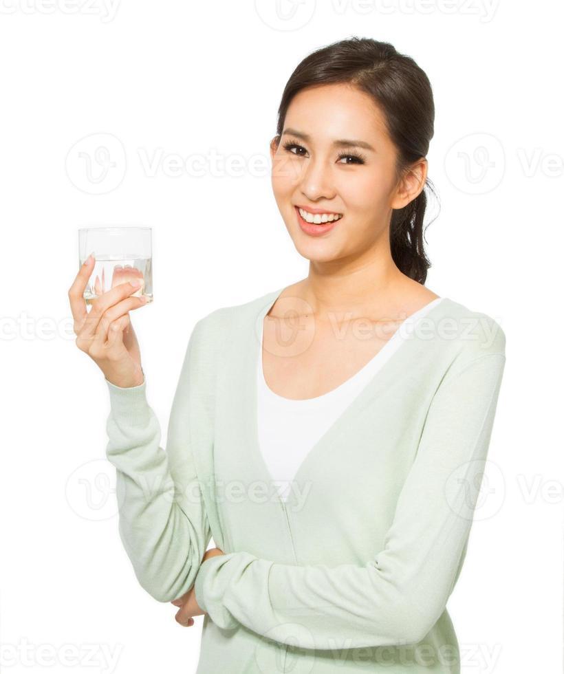 mujer asiática agua potable foto