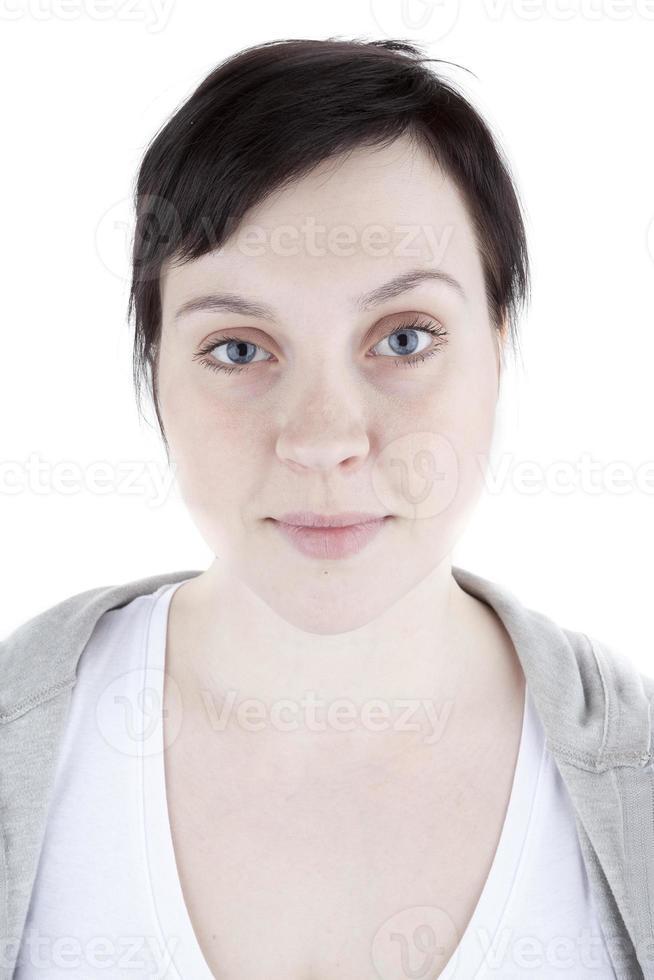 Chica ordinaria en sudadera sobre fondo blanco. foto