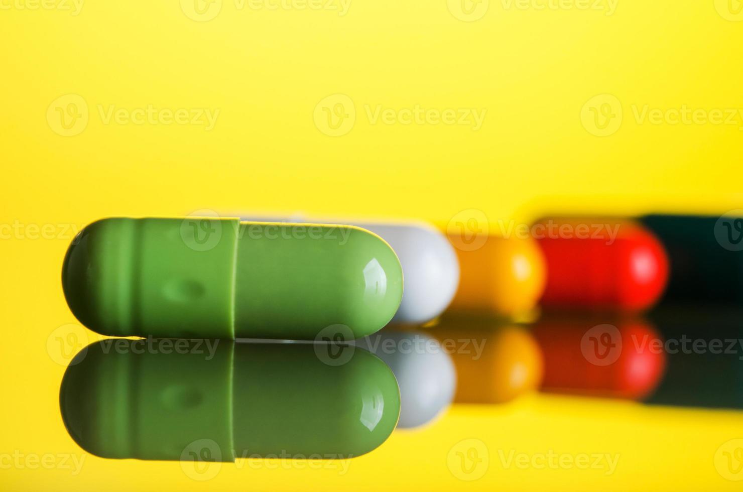 cápsula de pastillas de colores foto