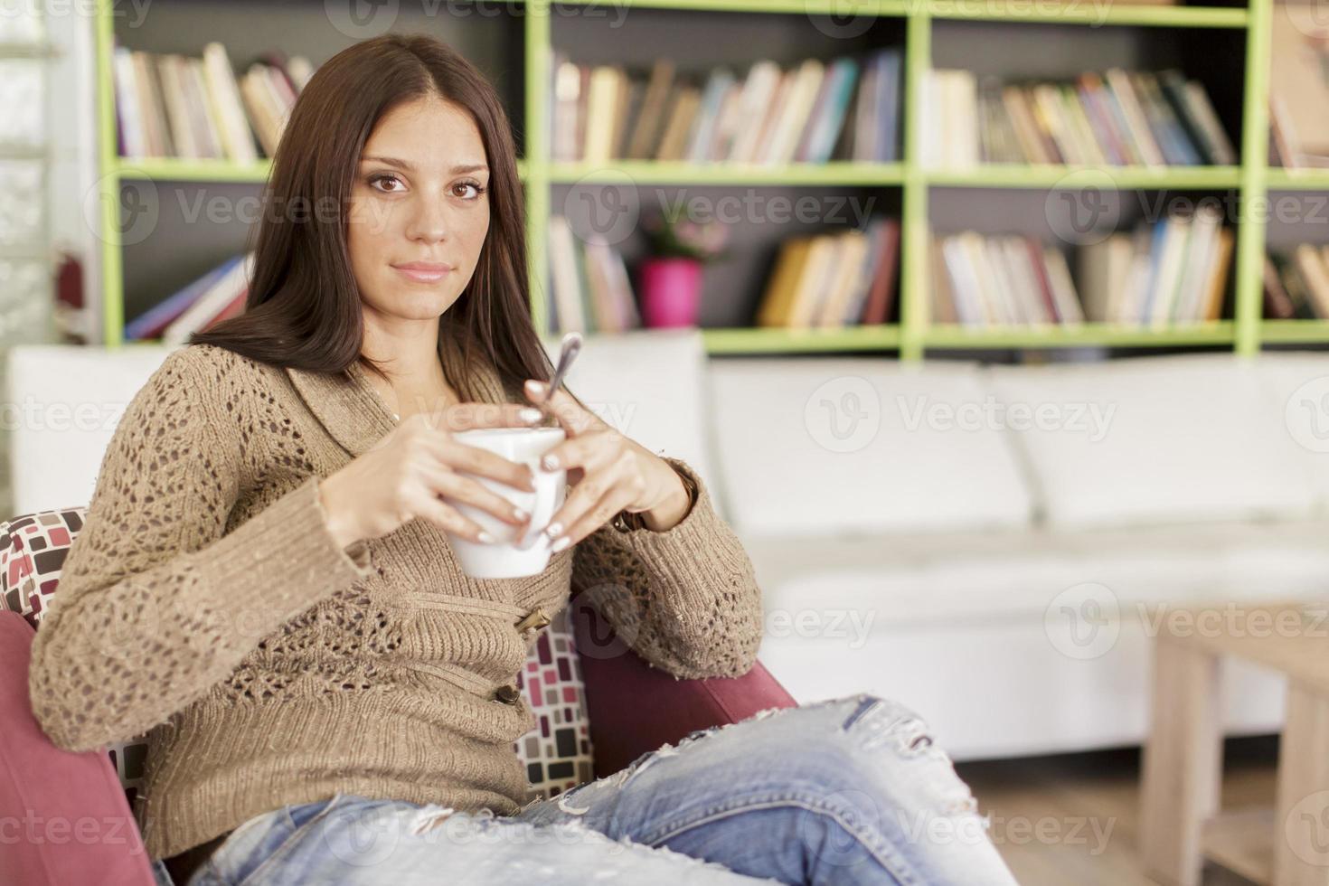 mujer joven bebiendo té foto