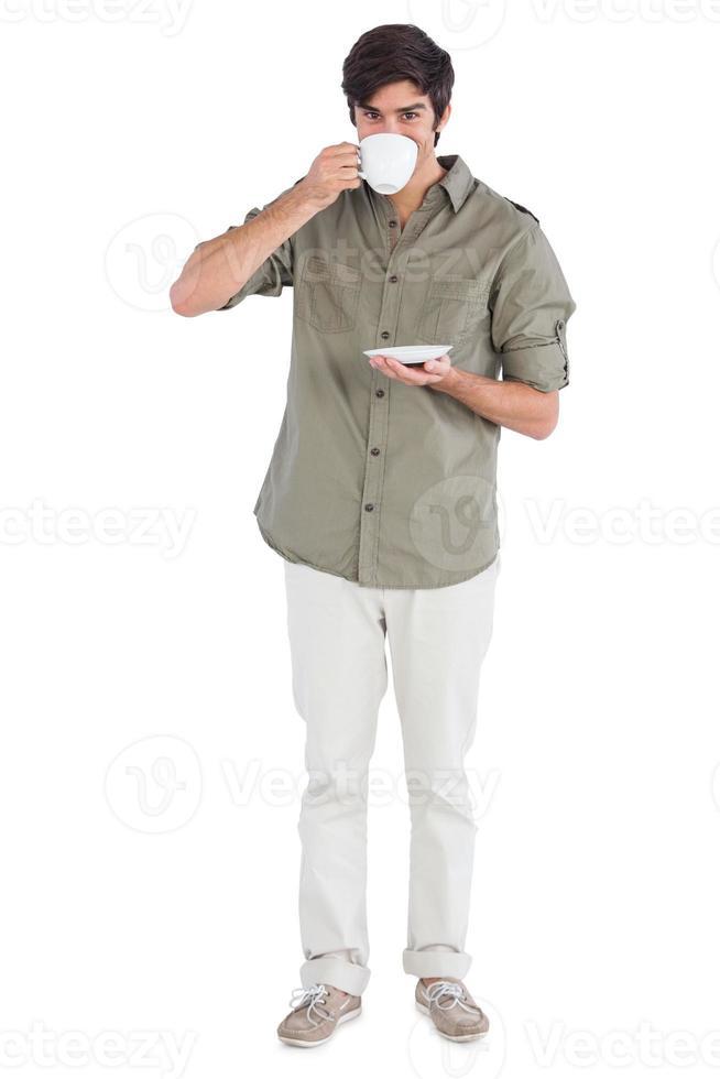 hombre sonriente bebiendo café foto