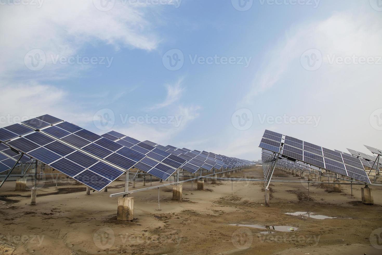 planta de energía que utiliza energía solar renovable con sol foto