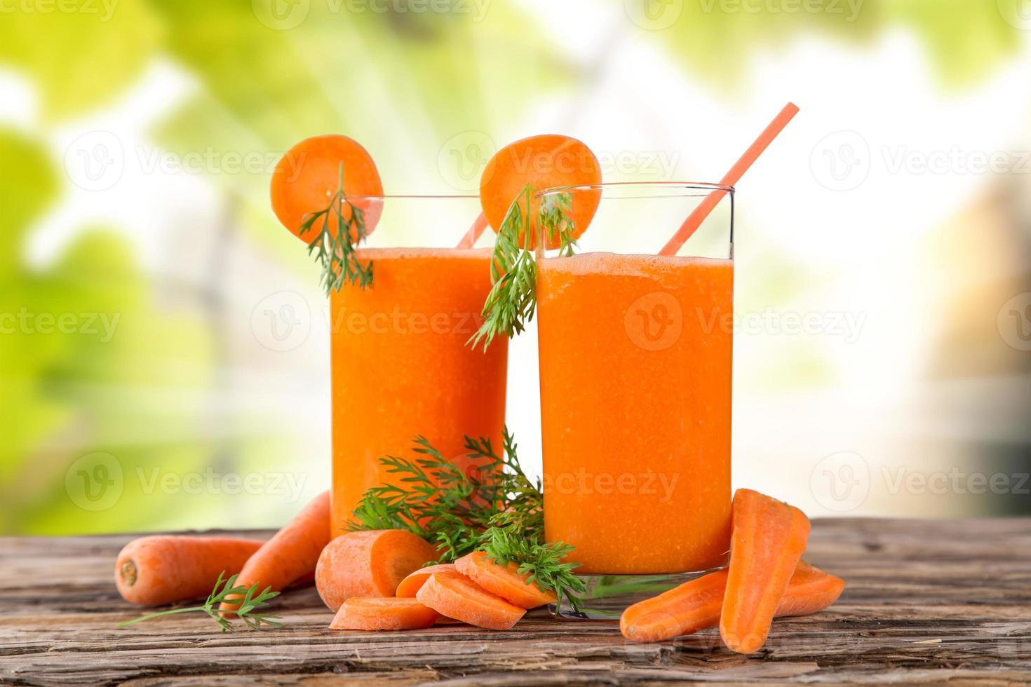 jugo de zanahoria fresco, bebidas saludables. foto