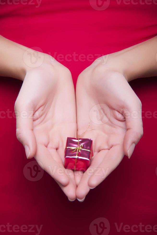 niña santa en rojo foto