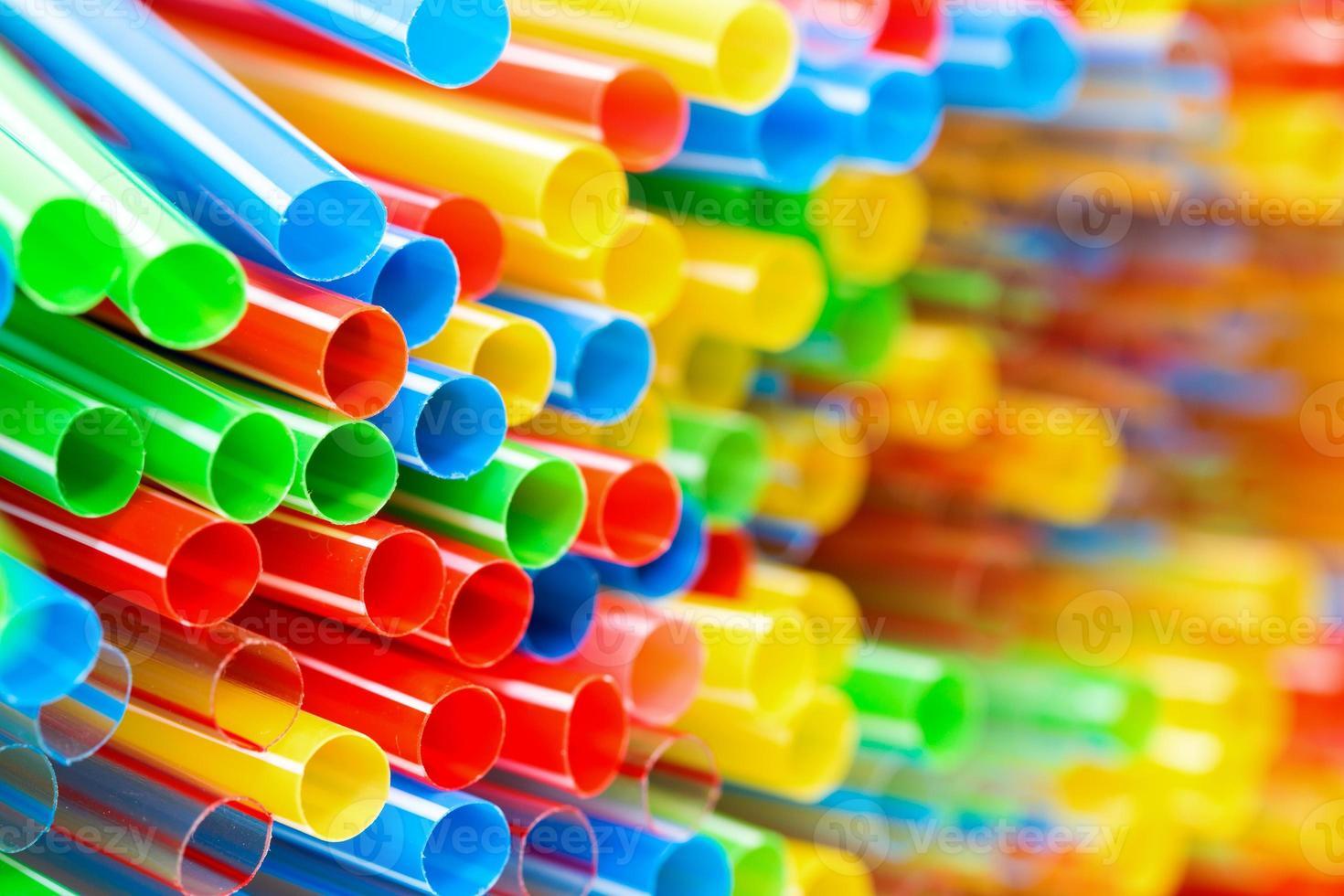 Primer plano de pajitas de plástico coloreado foto