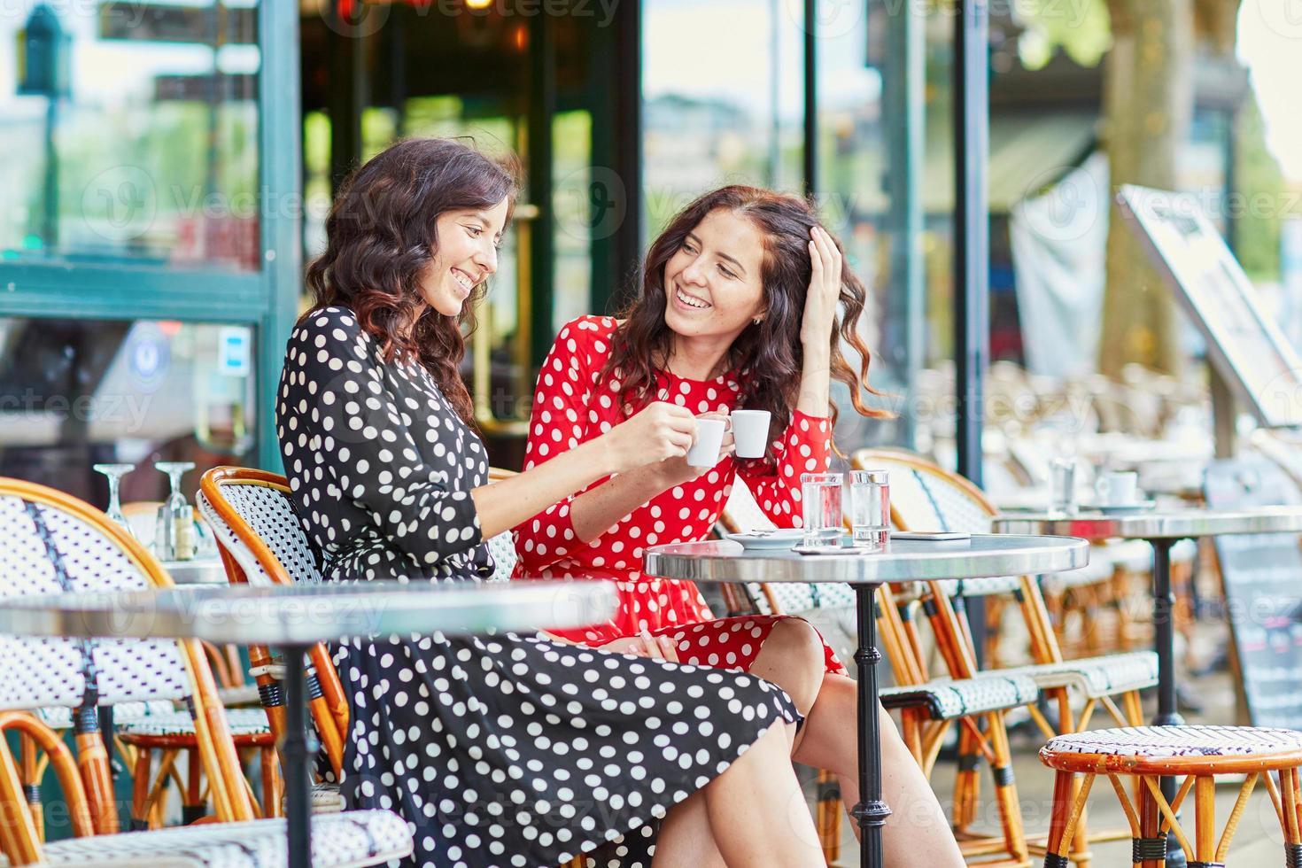 hermosas hermanas gemelas tomando café foto