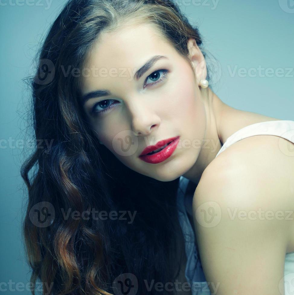 mujer rubia tranquila y amigable foto