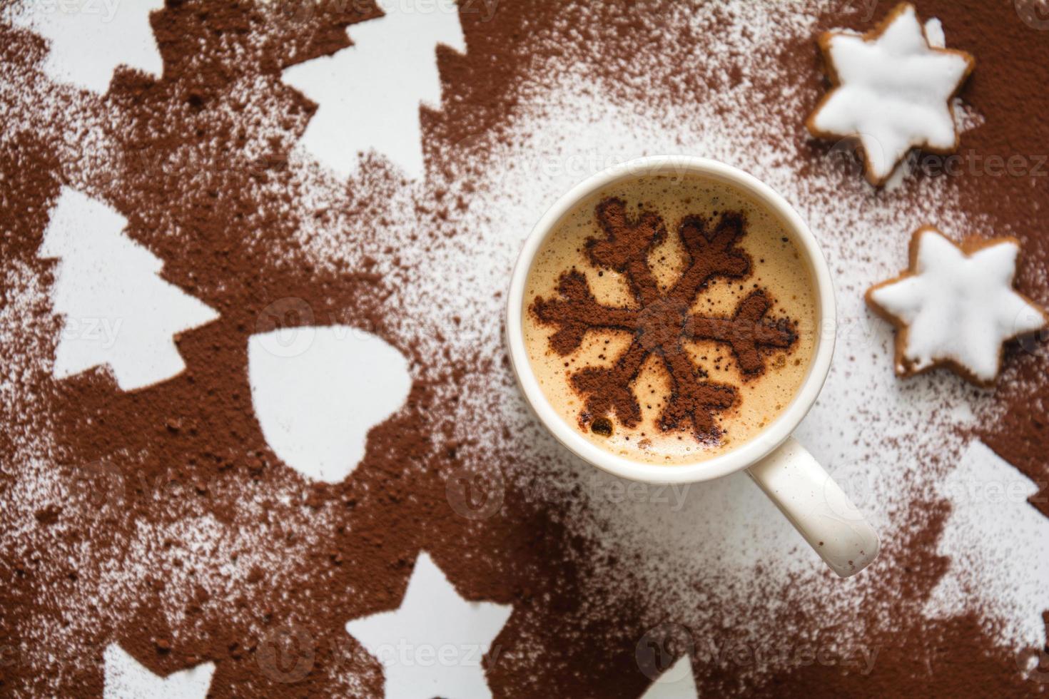 bebida caliente con copo de nieve de cacao foto