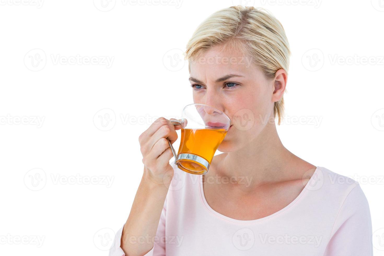 atractiva mujer rubia bebiendo té foto