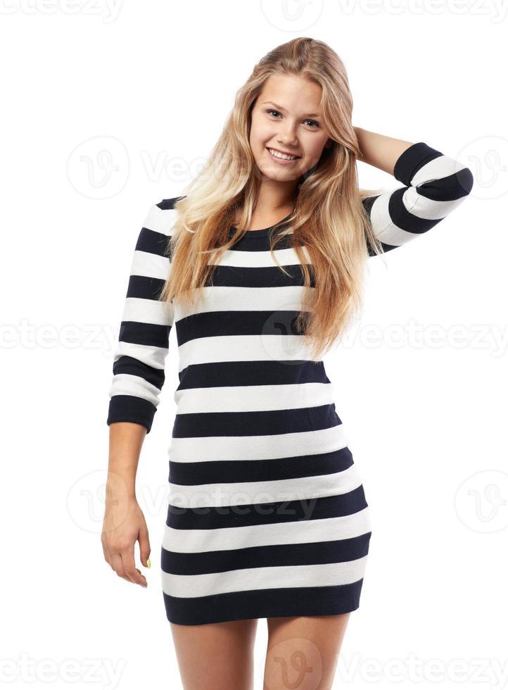 chica en un suéter a rayas alisa el cabello foto