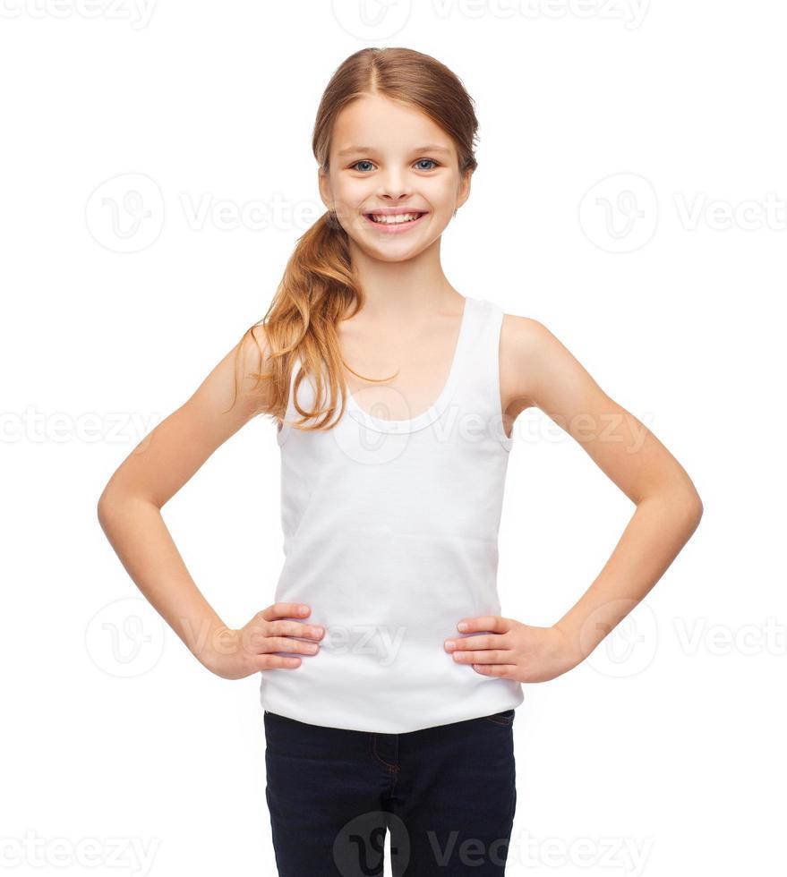 adolescente sonriente en camisa blanca en blanco foto